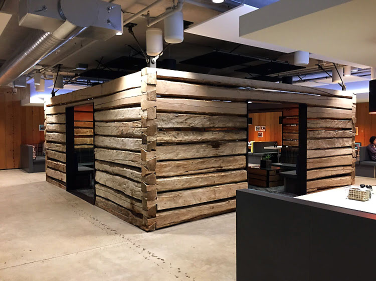 Esta cabaña fue trasladada desde el bosque y ensamblada nuevamente en las oficinas
