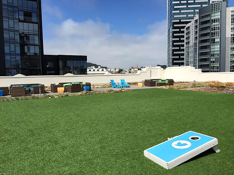 La terraza del edificio con la vista a la ciudad de San Francisco